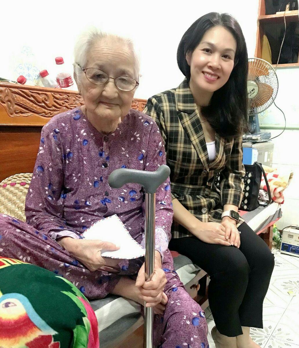Hình Cơ quan Đảng ủy Khối cơ quan và doanh nghiệp tỉnh thăm Mẹ Liệt sỹ nhân ngày thành lập Quân đội nhân dân Việt Nam