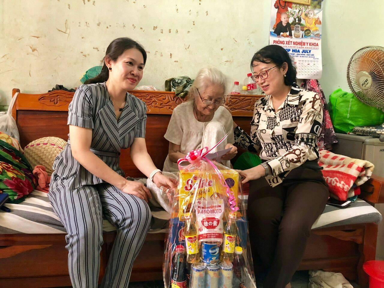 Hình Cơ quan Đảng ủy Khối thăm, tặng quà Mẹ Liệt sỹ nhân ngày Thương binh- Liệt sỹ