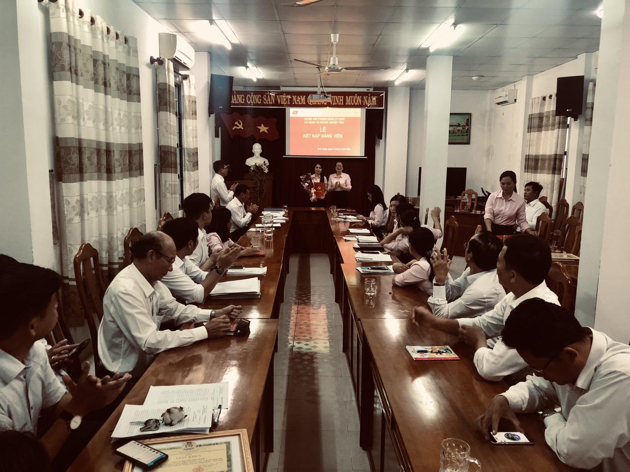 Hình Chi bộ Văn phòng Đảng ủy Khối cơ quan và doanh nghiệp tỉnh tổ chức Lễ kết nạp đảng viên