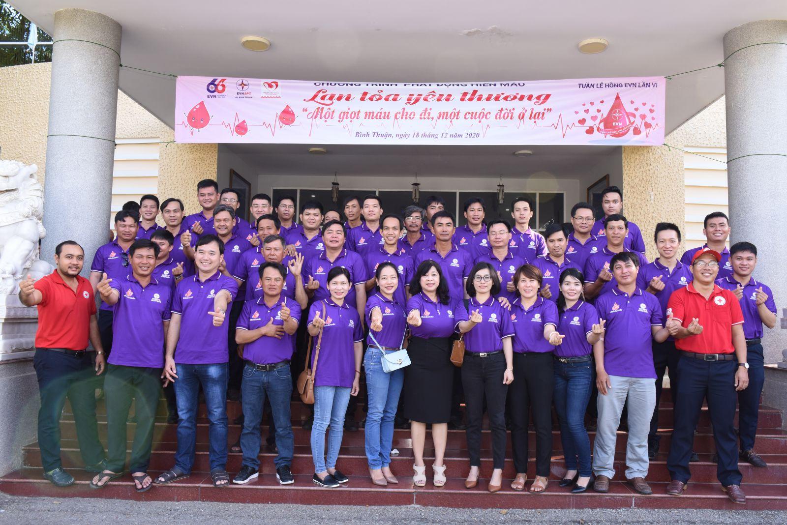 Hình Đoàn Thanh niên và Công đoàn Công ty Điện lực Bình Thuận phối hợp với Hội Chữ Thập đỏ tỉnh tổ chức hiến máu tình nguyện năm 2020