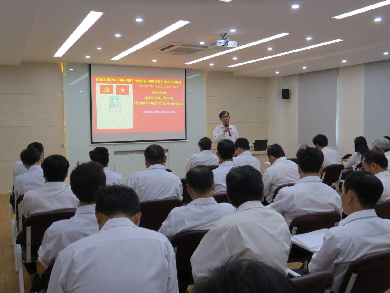 Hình Đảng ủy Công ty Điện lực Bình Thuận tổ chức tập huấn nghiệp vụ công tác Đảng