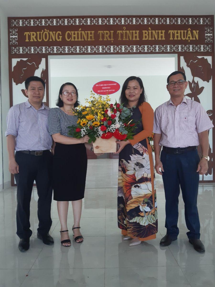 Hình Thường trực Đảng ủy Khối cơ quan và doanh nghiệp tỉnh thăm, tặng hoa chúc mừng Ngày Nhà giáo Việt Nam 20/11