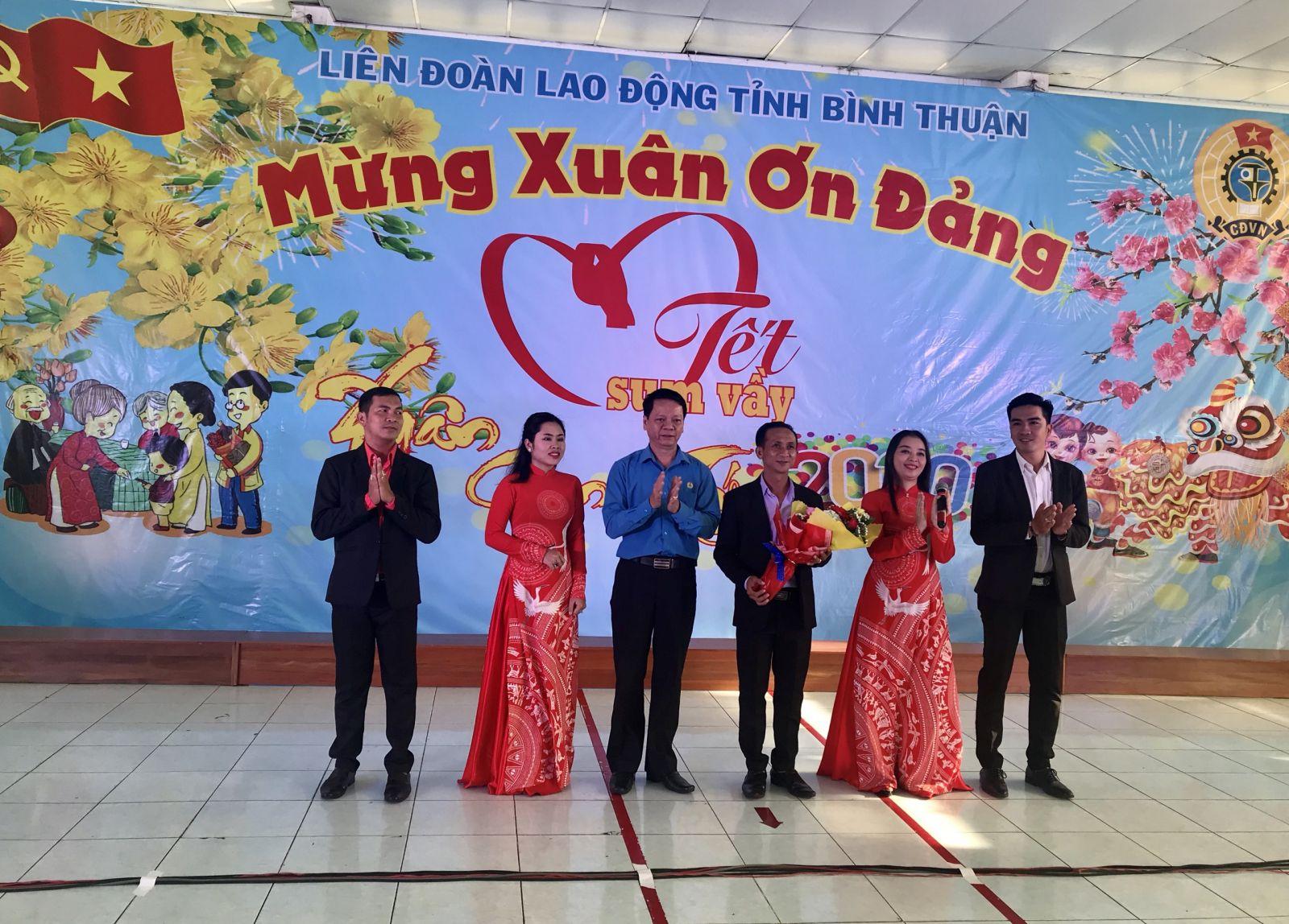 Hình Liên đoàn Lao động tỉnh trao quà Tết cho công nhân lao động tại Khu Công nghiệp Phan Thiết