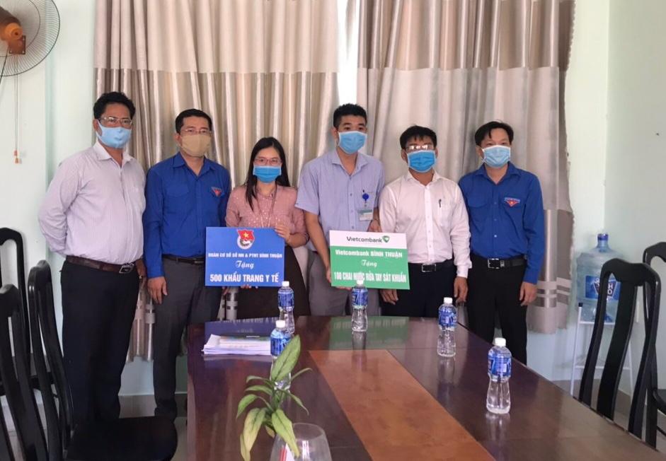 Hình Đoàn Khối cơ quan và doanh nghiệp tỉnh hỗ trợ 1000 khẩu trang y tế và 200 gel rửa tay