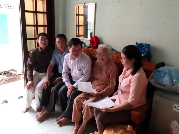 Hình Cơ quan Đảng ủy khối các cơ quan tỉnh trao quyết định phụng dưỡng Mẹ Liệt sĩ.