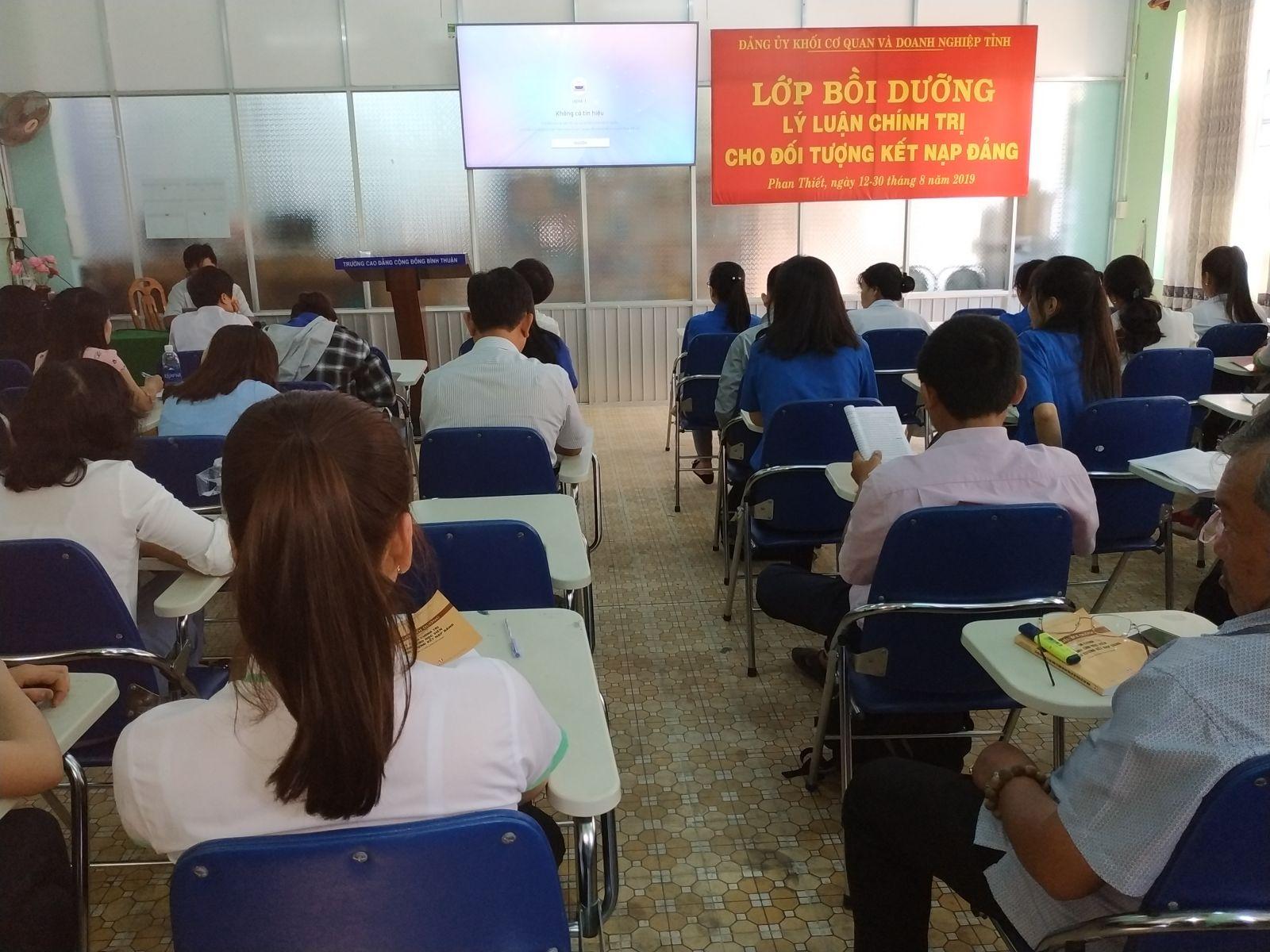 Hình Đảng ủy Khối cơ quan và doanh nghiệp tỉnh tổ chức lớp học Bồi dưỡng lý luận chính trị dành cho đối tượng kết nạp Đảng, khóa III/2019