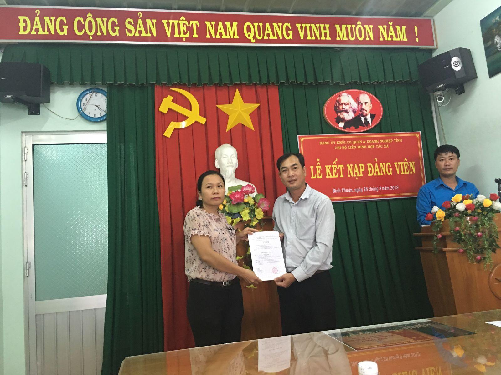 Hình Chi bộ Liên minh hợp tác xã tổ chức Lễ kết nạp đảng viên