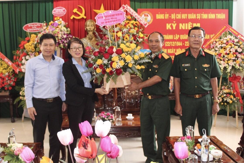 Hình   Đảng ủy Khối cơ quan và doanh nghiệp tỉnh thăm và chúc mừng Bộ Chỉ huy Quân sự tỉnh nhân dịp kỷ niệm 76 năm Ngày thành lập Quân đội nhân dân Việt Nam