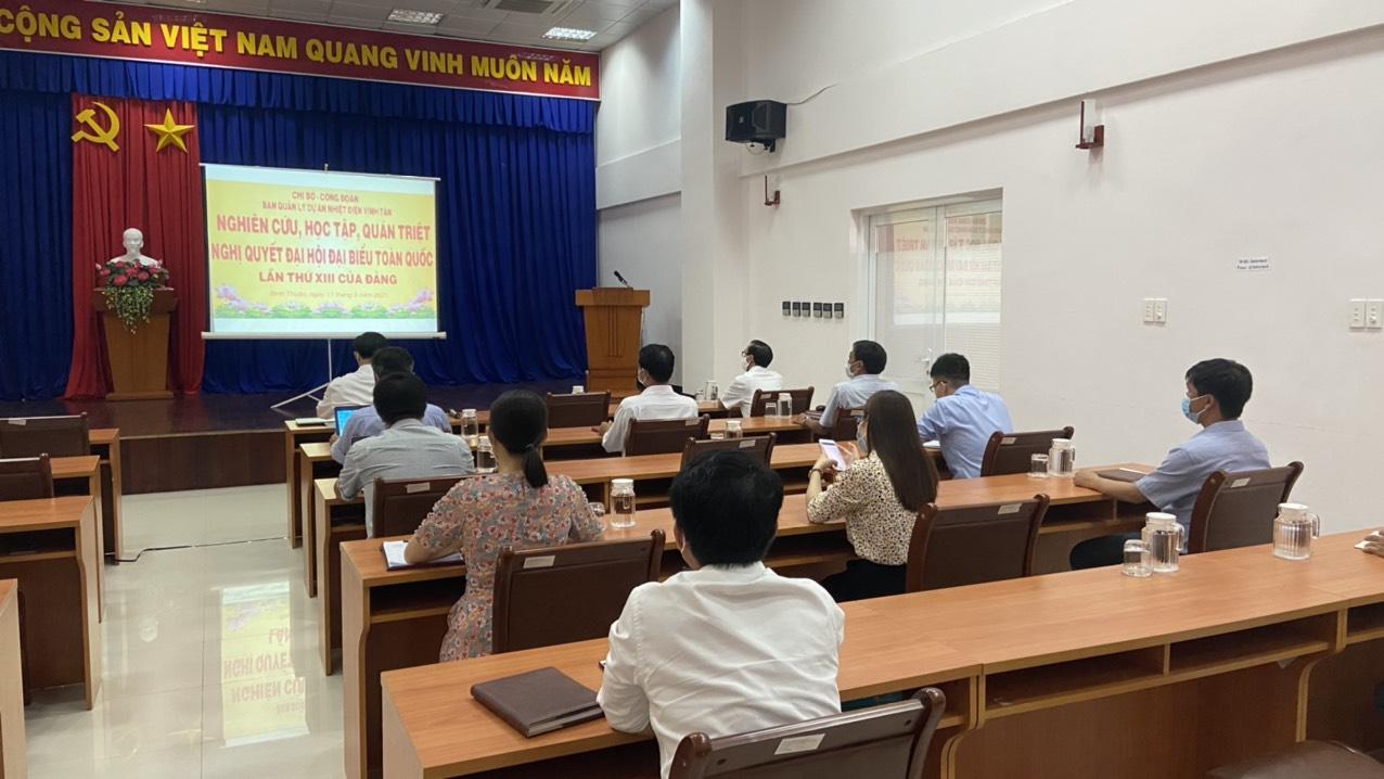 Hình Chi bộ Ban Quản lý Nhiệt điện Vĩnh Tân tổ chức học tập, quán triệt Nghị quyết Đại hội đại biểu toàn quốc lần thứ XIII