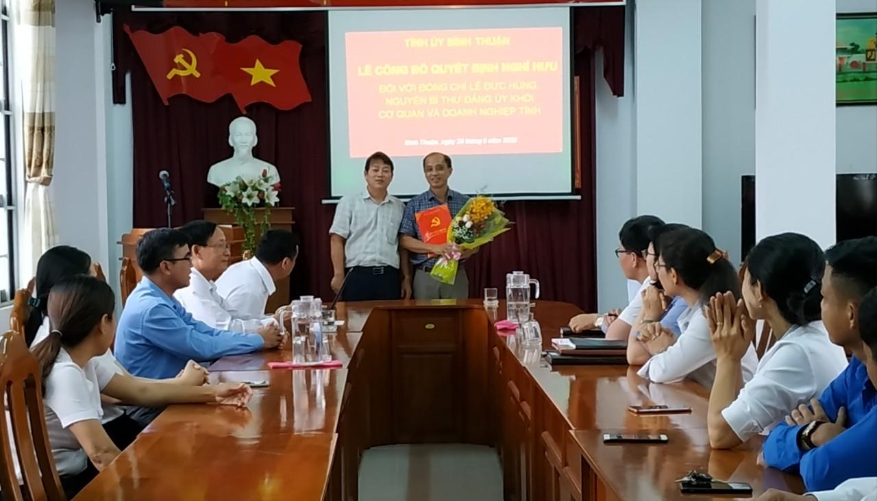 Hình Lễ trao quyết định nghỉ hưu đối với đồng chí Lê Đức Hùng