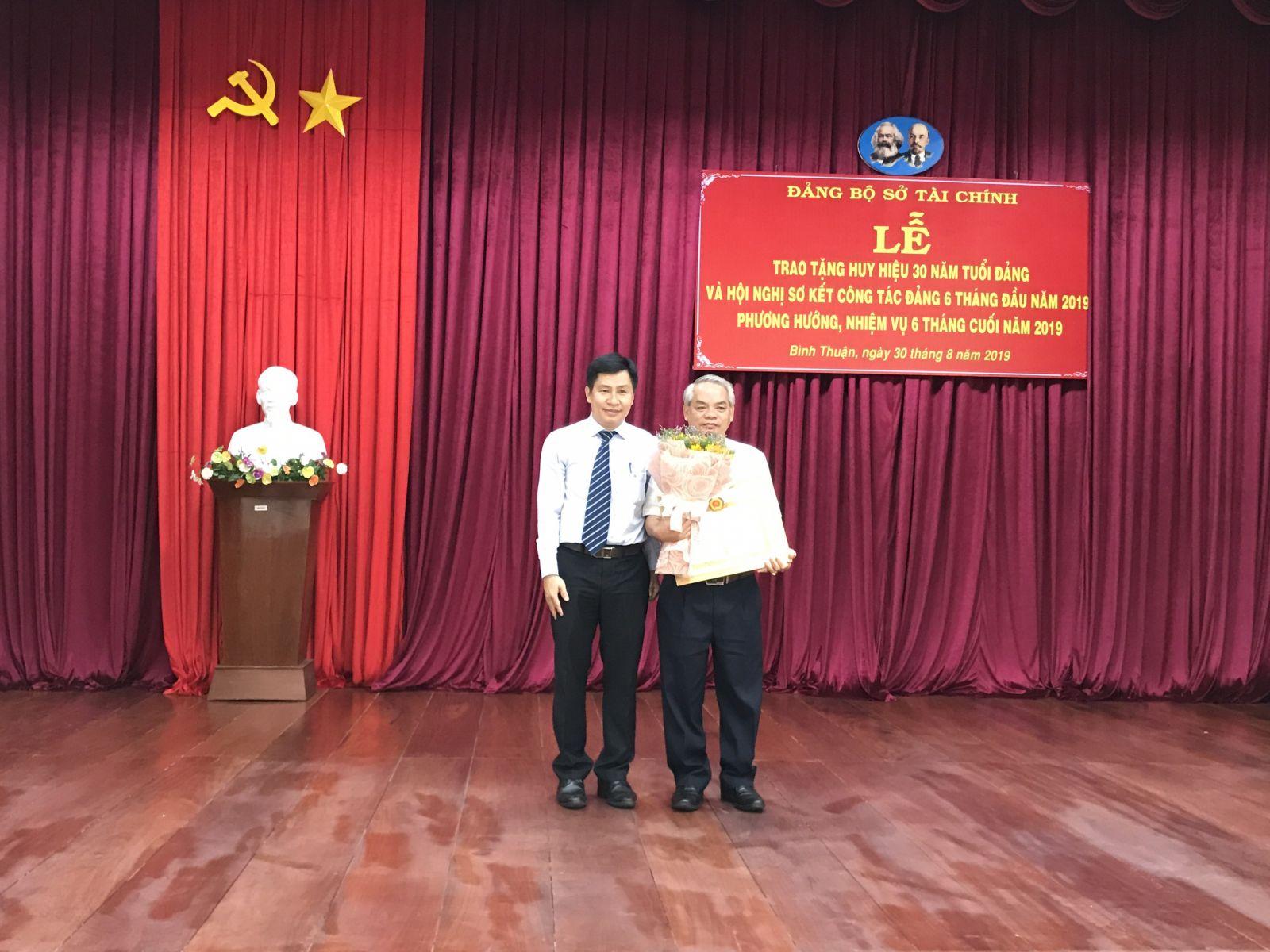 Hình Trao tặng Huy hiệu 30 năm tuổi Đảng đợt 02/9/2019