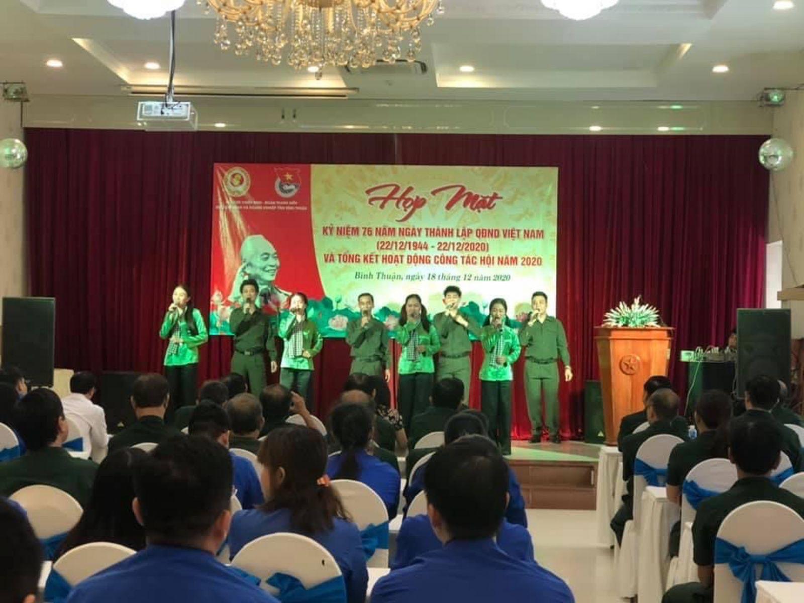 Hình Đoàn Khối phối hợp Hội Cựu Chiến binh Khối tổ chức họp mặt kỷ niệm 76 năm ngày thành lập Quân đội nhân dân Việt Nam